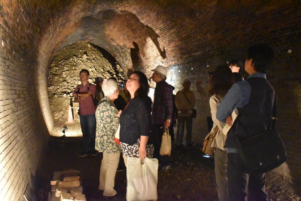 地滑りの歴史、遺構で学ぶ 奈良で「亀の瀬鉄道トンネル」見学会