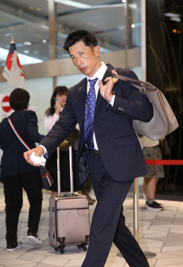 伊丹空港に到着した阪神・矢野燿大二軍監督 私服=伊丹空港(撮影・山田喜貴)