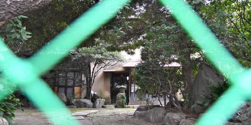 積水ハウスが「地面師」の被害に合いだまし取られた土地。正面にはフェンスが張られていた=16日午前、東京都品川区西五反田(寺河内美奈撮影)