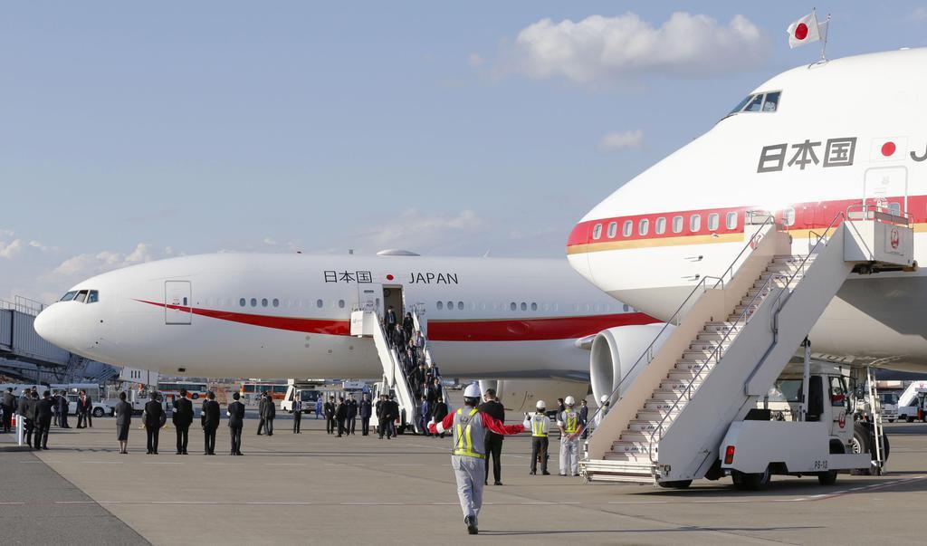 羽田空港で現在の政府専用機(右手前)と並んだ新政府専用機。外遊から帰国した安倍晋三首相夫妻が視察した=20日午後