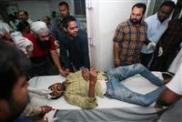 インドの列車事故、60人死亡 線路上で祭り見物