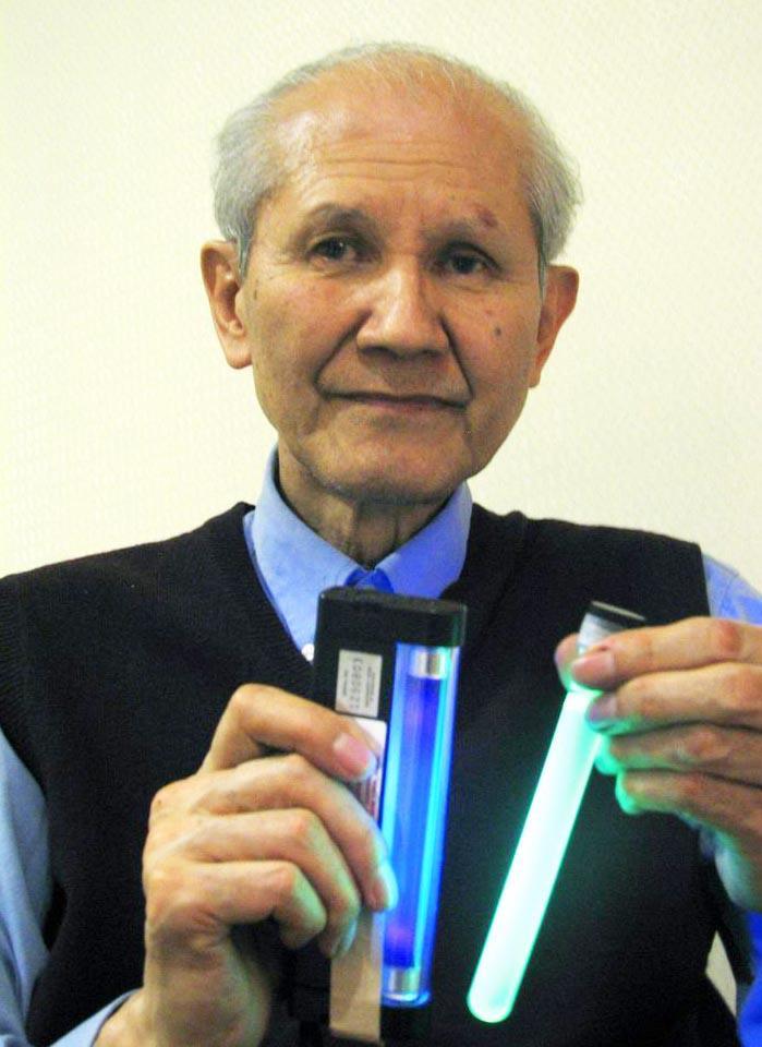1960年代に緑色蛍光タンパク質を発見、生命科学の研究に革命的な進歩をもたらした、発光生物学者の下村脩博士。右が緑色蛍光タンパク質の入った試験管=2007年10月23日、東京都(長内洋介撮影)