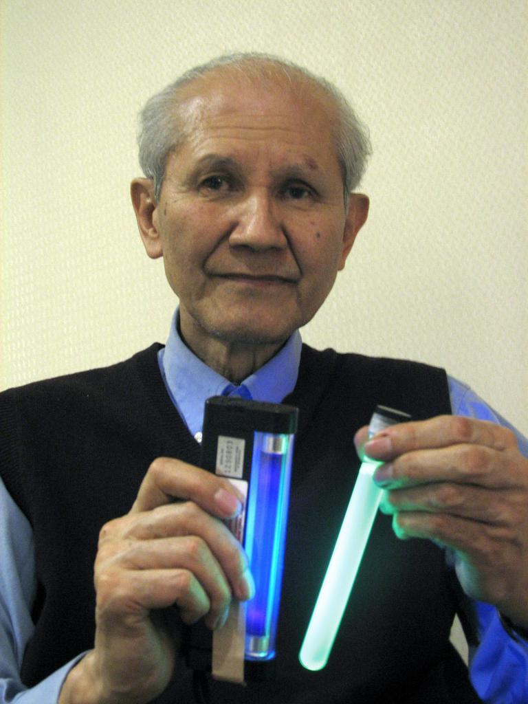 1960年代に緑色蛍光タンパク質を発見、生命科学の研究に革命的な進歩をもたらした、発光生物学者の下村脩博士(米国在住)。右が緑色蛍光タンパク質(GFP)の入った試験管