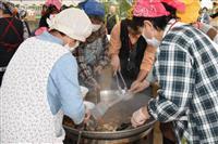 あつあつ芋煮会に大行列 奈良・安堵町