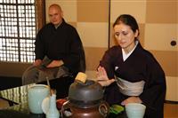 外国人が秋の一服満喫 裏千家が国際茶会 関西在住の500人招待 京都