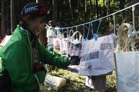 事故死選手へ思い届ける新聞紙バッグ 自転車ジャパンカップ
