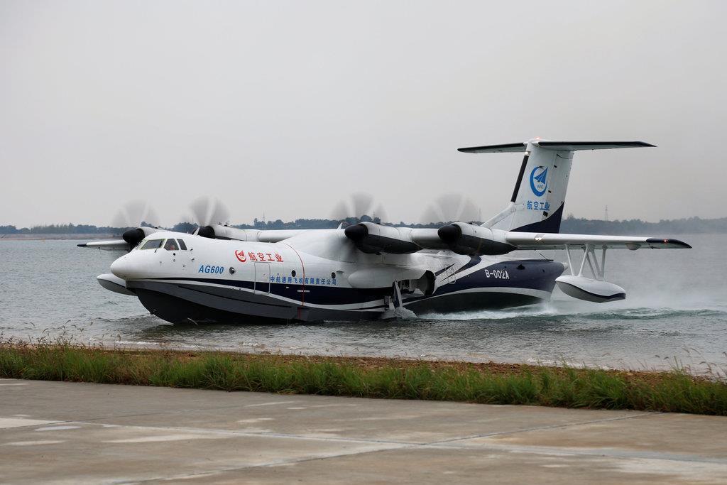 中国開発の飛行艇、水上で初飛行 南シナ海で活用も
