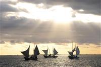 朝焼けに白い帆はためく 北海道で伝統のエビ漁