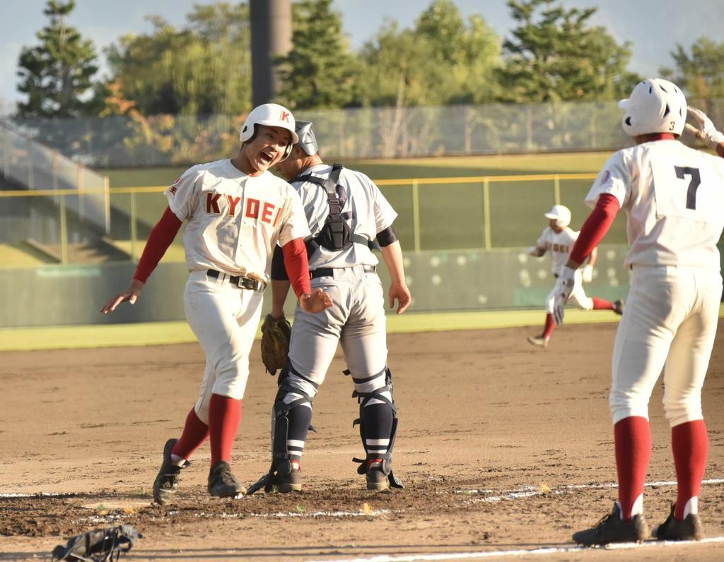 春日部共栄は初回裏、平岡が走者一掃の三塁打。2点目のホームインをする村田=23日、山日YBS球場(昌林龍一撮影)