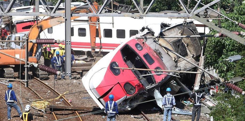 22日、台湾・宜蘭県で、脱線した列車のそばで活動する救助隊(ロイター=共同)