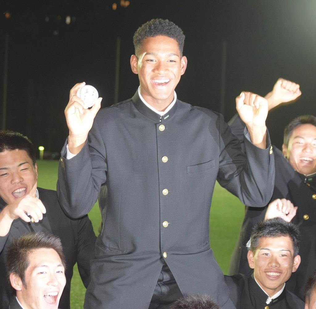 日本ハムから4位指名を受け、チームメートに祝福される横浜高校の万波中正選手(中央)=25日、横浜市(河野光汰撮影)