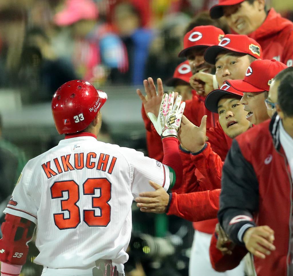一回、本塁打を放ち生還した菊池涼介(33)とタッチを交わす広島ナイン=27日、マツダスタジアム(長尾みなみ撮影)