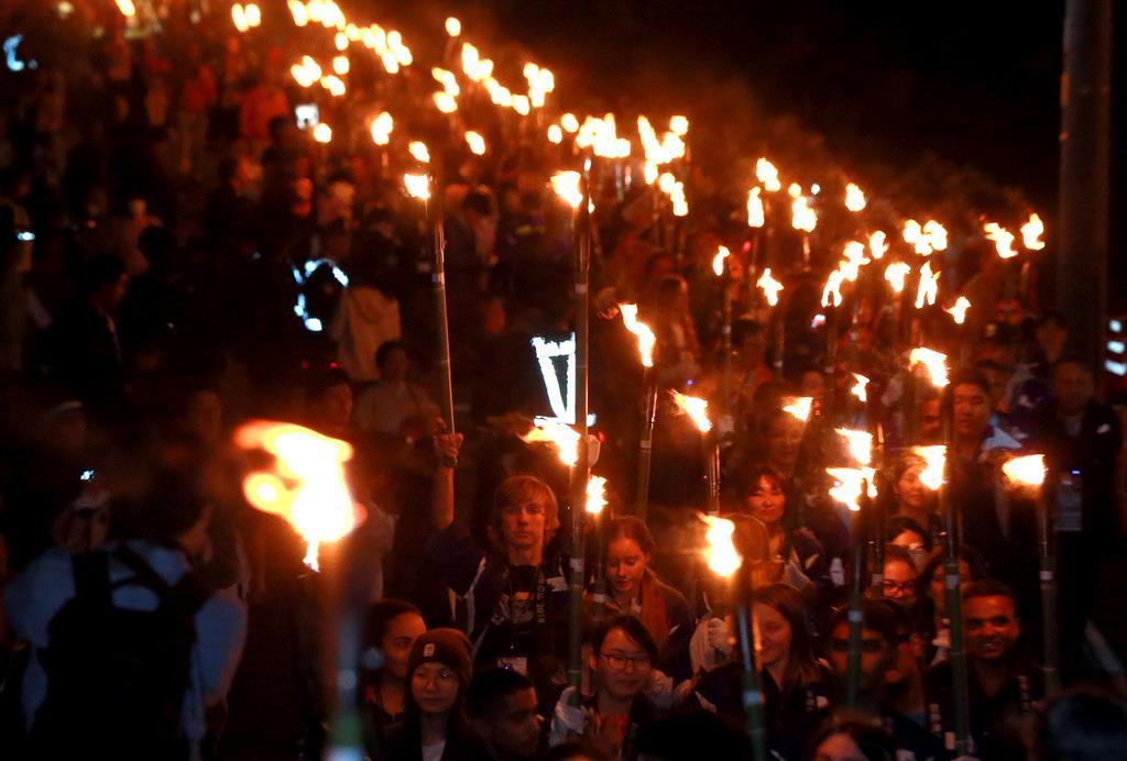 松明を手に住宅街を行進する参加者ら=28日夜、和歌山県広川町(渡辺恭晃撮影)