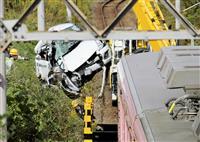 伊賀鉄道で電車と車衝突 線路の上の橋から転落