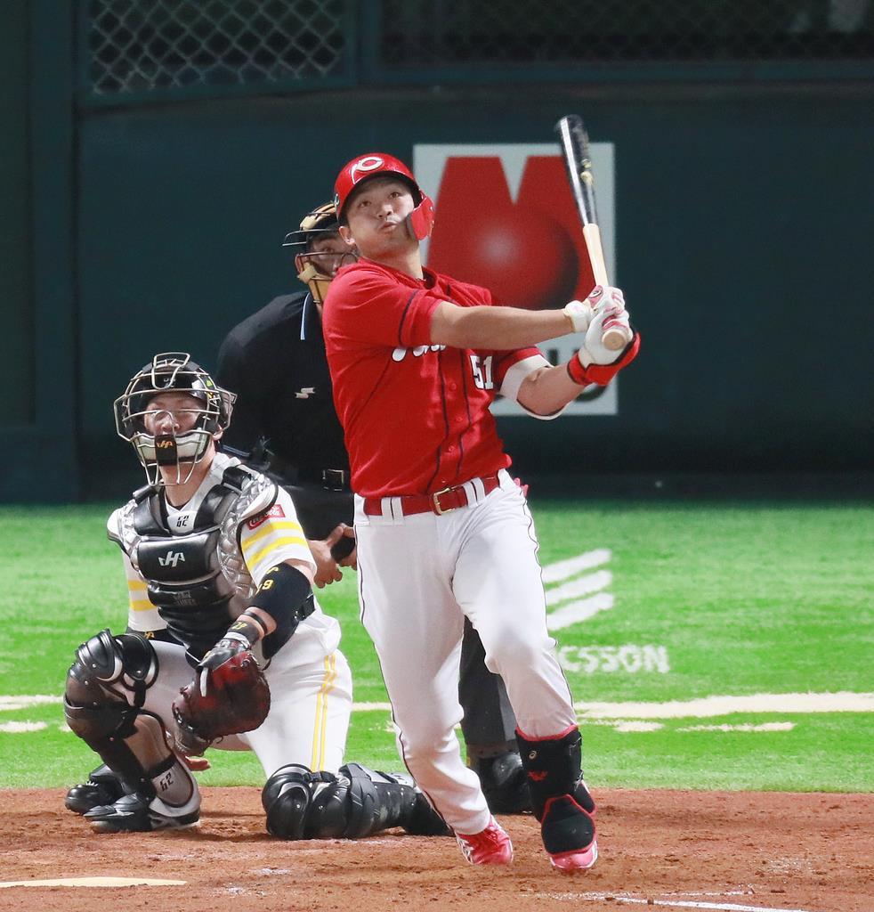4回、本塁打を放つ広島・鈴木誠也=31日、ヤフオクドーム(撮影・松永渉平)