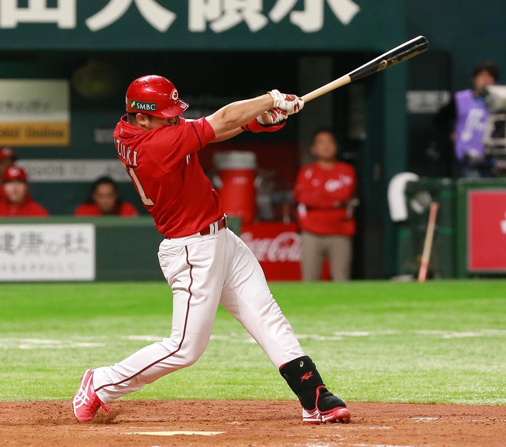 4回、本塁打を放つ広島・鈴木誠也=31日、ヤフオクドーム(撮影・仲道裕司)