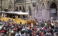 Rソックスがボストンで優勝パレード 名物の水陸両用車で