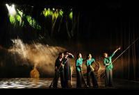 【鑑賞眼】ベトナムのダンス公演「The Mist」 美しい農村 舞台に浮かぶ