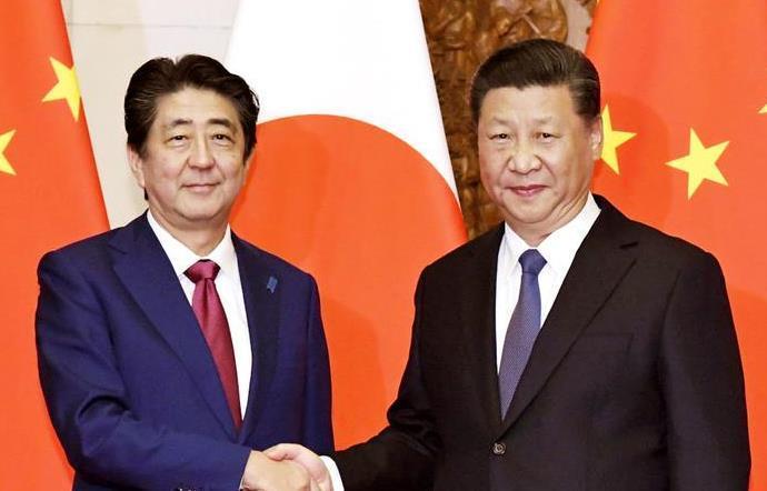日中首脳会談を前に握手する安倍晋三首相(左)と中国の習近平国家主席=北京の釣魚台迎賓館(代表撮影)
