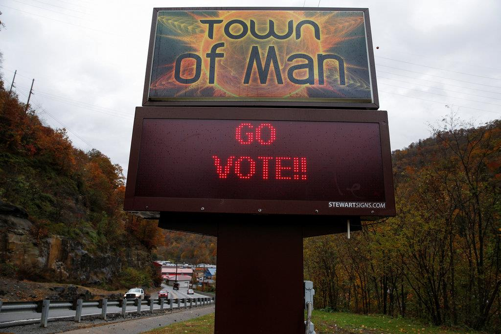 投票に行くよう呼びかける町の電光掲示板=6日、ウエストバージニア州(ロイター)