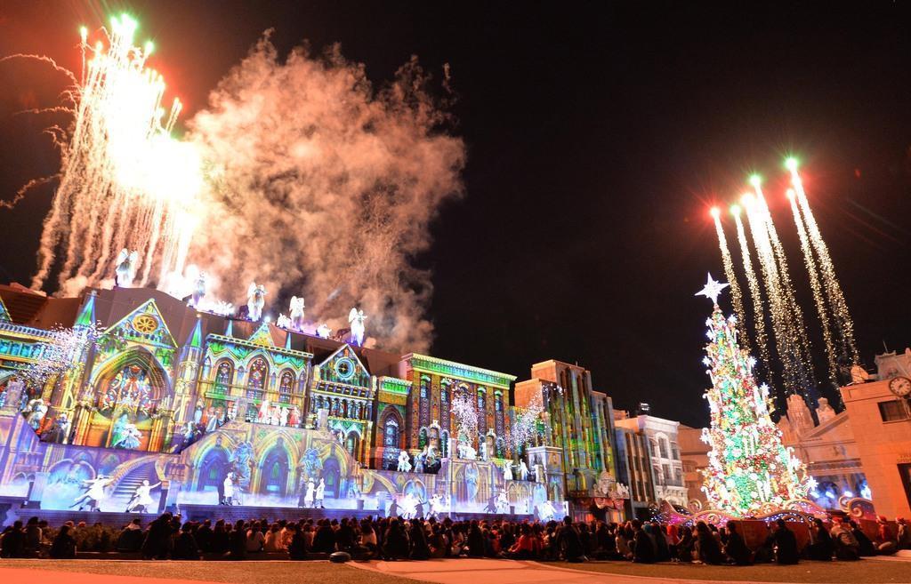 10年目となるUSJのクリスマスショー「天使のくれた奇跡」が今年でフィナーレを迎える=7日午後、大阪市此花区(須谷友郁撮影)