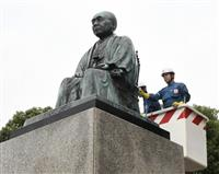 JR深谷駅前の渋沢像きれいに 命日の11日の献花式前に