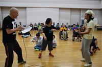障害者ダンス「ハンドルズ」 高校生と共演、笑い絶えない舞台