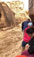 ヨルダン土石流 絶壁にへばりつく観光客 邦人観光客恐怖語る