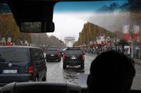 半裸女性がトランプ氏の車列に突入 パリ式典で
