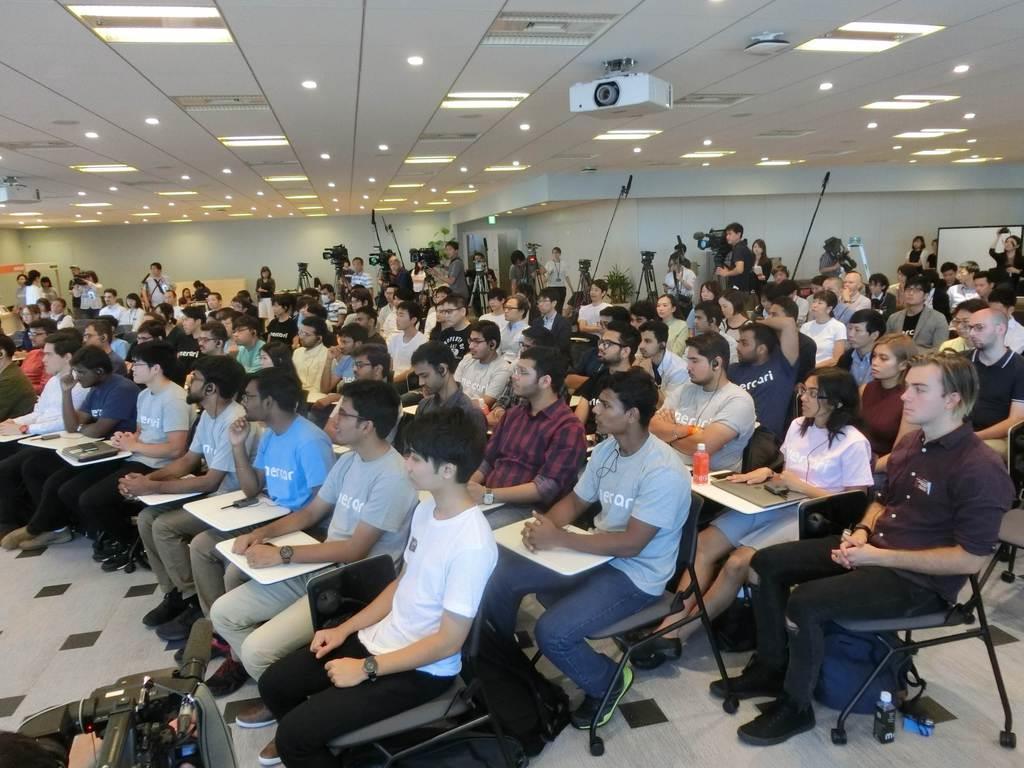 外国出身者も多く参加したメルカリの新入社員オリエンテーション。国際的に人材を集めるIT企業の採用活動も外国人労働者の増加に寄与している=10月1日、東京都港区