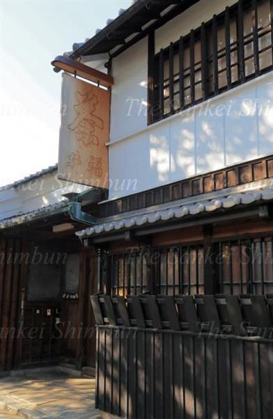 福寿園の創業者、福井家の門前。長きにわたる歴史を感じさせる=京都府木津市(山田哲司撮影)