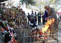 役目終えた人形にお別れ 鴻巣・勝願寺で供養祭
