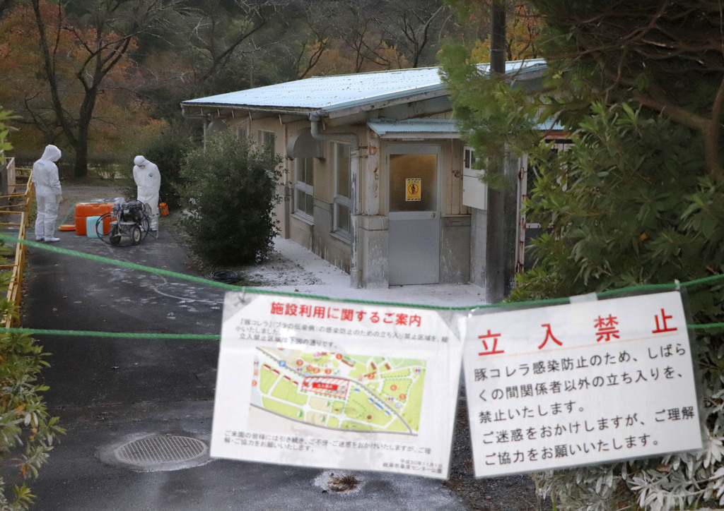 飼育する豚から豚コレラの陽性反応が出た「岐阜市畜産センター公園」の豚舎=16日午前6時26分、岐阜市