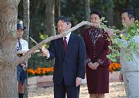 皇太子ご夫妻、イチョウをお手入れ 都で開催、全国育樹祭