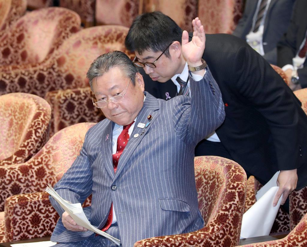 衆院内閣委員会で答弁の都度、事務方から指南を受ける桜田義孝五輪担当相