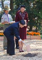【皇室ウイークリー】(566)陛下が「生みの親」、コイご放流 皇太子ご夫妻、恒例の育樹…