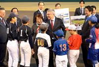 バッハIOC会長が安倍首相らと五輪野球会場を視察