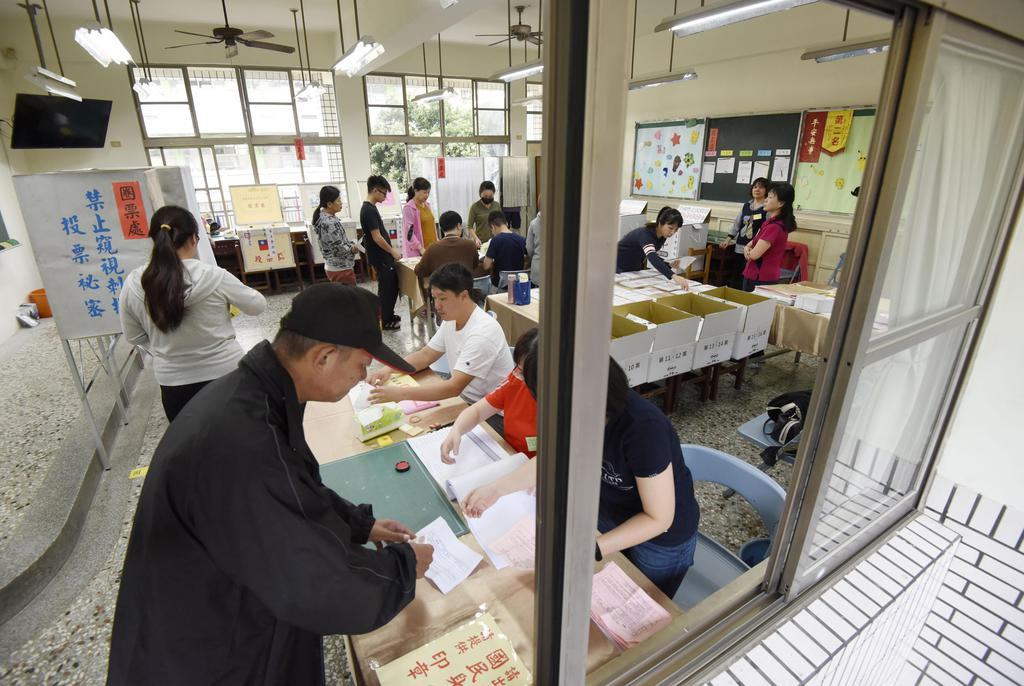 台湾統一地方選の投票所=24日、高雄(共同)