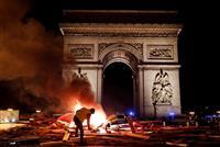 燃えるパリ 燃料税への抗議デモ 仏各地で130人聴取