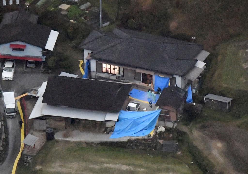 男性3人、女性3人の遺体が発見された宮崎県高千穂町押方の民家=26日午後5時23分(共同通信社ヘリから)