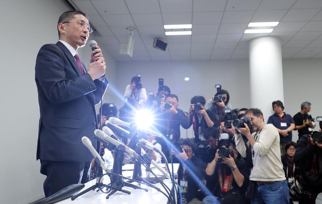 19日、日産自動車のカルロス・ゴーン会長が逮捕され、本社で会見する西川広人社長=横浜市西区(松本健吾撮影)