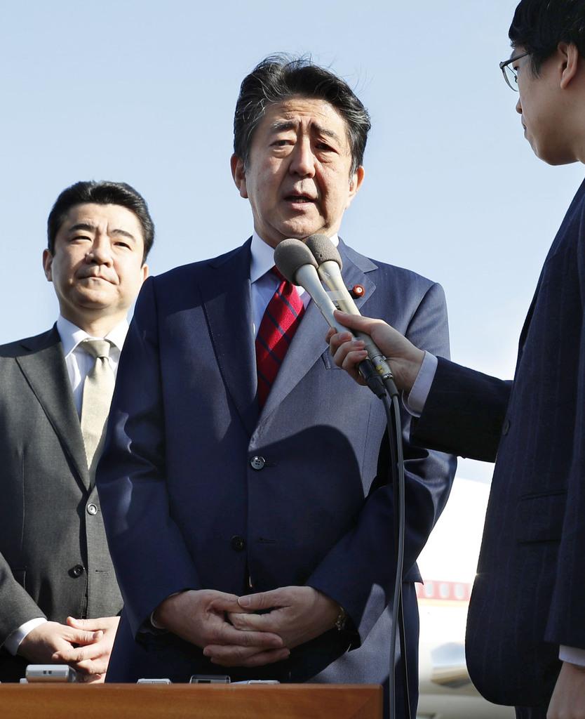 アルゼンチンへの出発を前に記者団の取材に応じる安倍首相=29日午前、羽田空港
