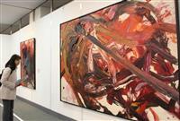 「熱い抽象」豪傑の世界 白髪一雄さん没後10年、尼崎で作品展