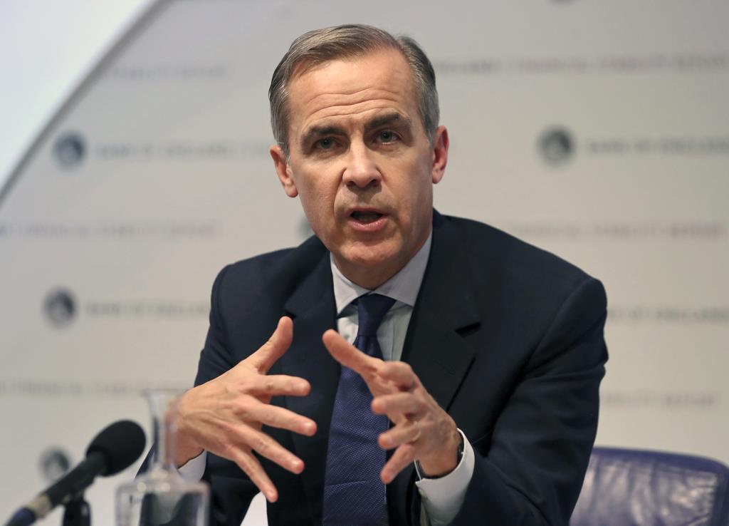 会見する英国銀行のマーク・カーニー総裁=28日、英ロンドン中心部(AP)