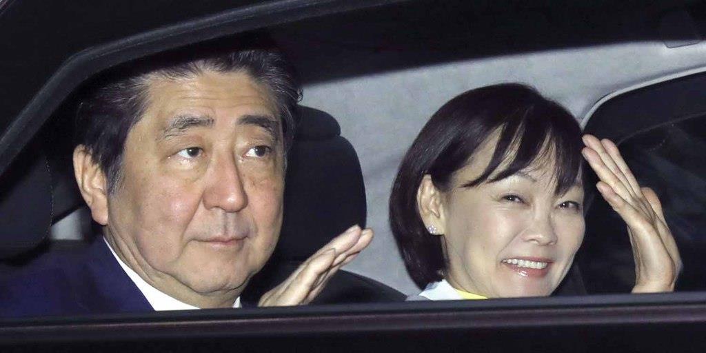 G20出席のためブエノスアイレスに到着し、手を振る安倍首相と昭恵夫人=29日(共同)
