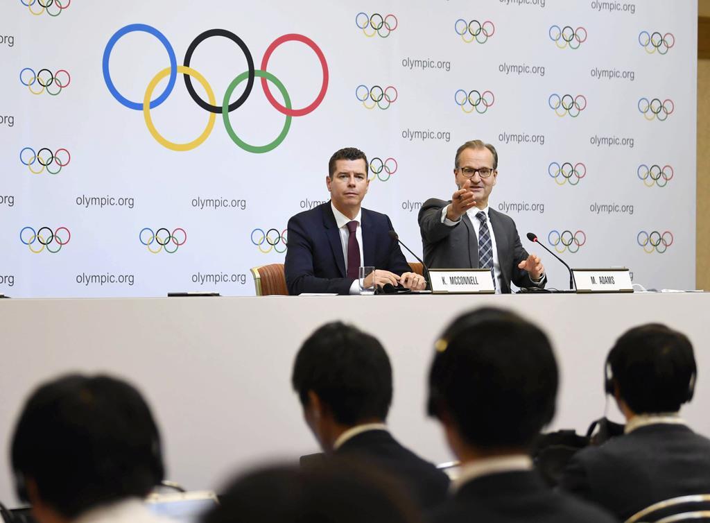 理事会第1日の審議後、記者会見するIOCのアダムス広報部長(右)ら=30日午後、東京都港区