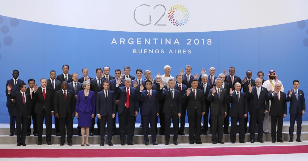 G20サミット初日に写真に収まる各国の首脳ら=11月30日、ブエノスアイレス(AP)