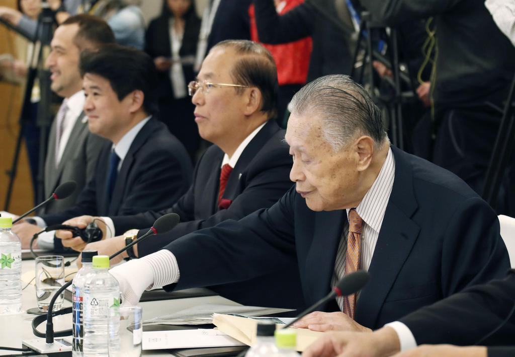 IOC理事会に出席した東京五輪・パラリンピック組織委の(右から)森喜朗会長、武藤敏郎事務総長ら=1日午前、東京都内
