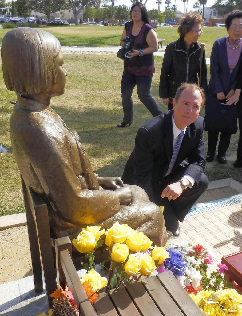 米カリフォルニア州グレンデール市の「慰安婦」像に献花するアダム・シフ下院議員=2014年4月 (中村将撮影)