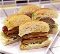 「呉海自がんすバーガー」誕生 魚肉フライに特製調味料 隊員が考案「復興の一助に」